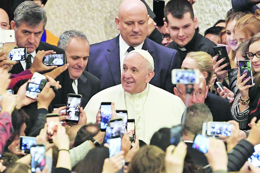 The faithful greet and take photos of Pope (44523691)