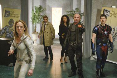 El equipo está en un extraño museo en las fotos del final de temporada de Legends of Tomorrow