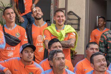 Nicolás Castillo visita la vecindad del Chavo para la foto oficial del América