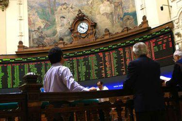 Activos de los fondos de inversión suben en el segundo trimestre, pero aún pesa la crisis social