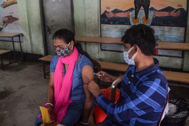 India supera los umbrales de los 31,7 millones de casos y los 425.000 muertos por coronavirus