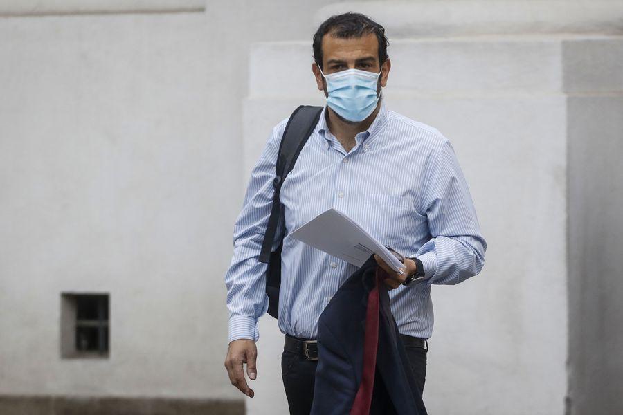 Rodrigo Delgado llega a su primer día de trabajo en La Moneda.