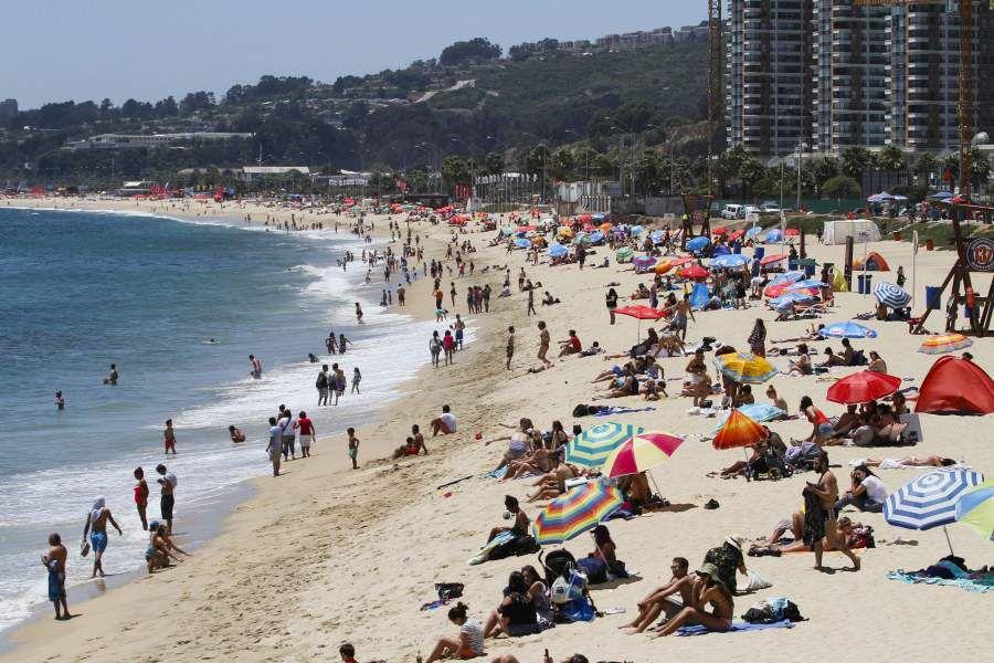 Turistas visitan borde costero de Viña del Mar