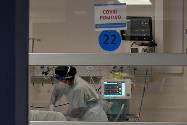 Minsal reporta 7.945 nuevos contagios de Covid-19: positividad diaria llega a un 10% y ocupación de camas críticas se mantiene sobre el 95%