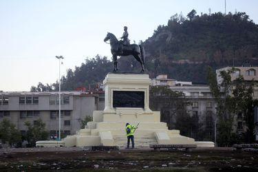 Carabineros reforzará protección al monumento a Baquedano con tres escuadrones de Control del Orden Público