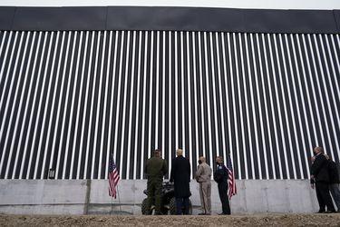 Trump visita muro en la frontera sur con México en una de sus últimas actividades como presidente