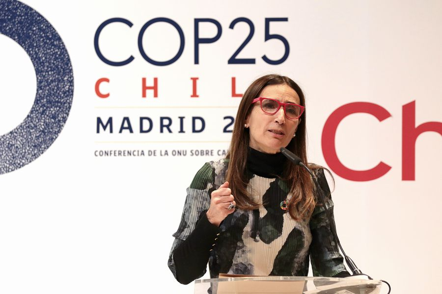 Carolina Schmidt, president of COP 25 is confronted by Chilean natives of the Council of Atacameños Peoples.