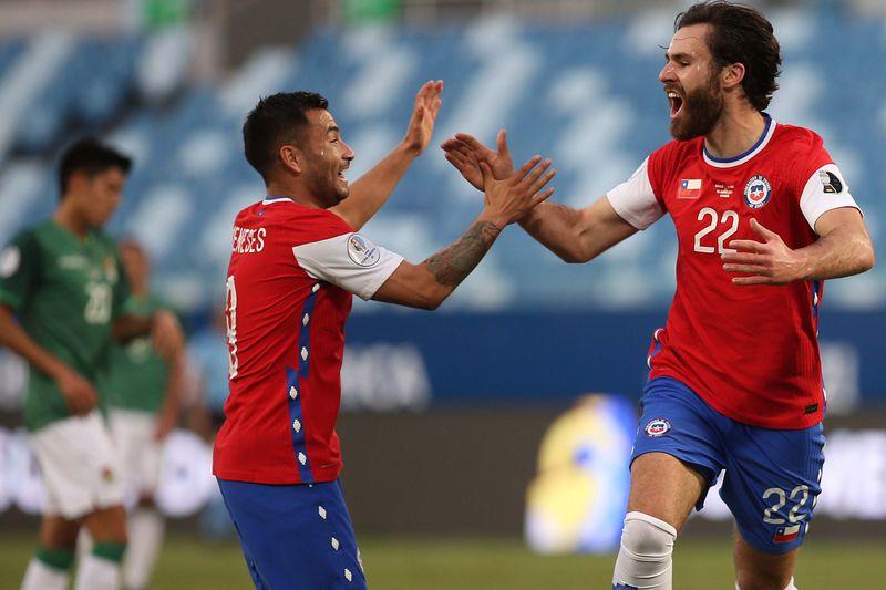 Ben Brereton celebra el 1-0 de Chile ante Bolivia junto a Jean Meneses, en la Copa América. FOTO: Agencia Uno.