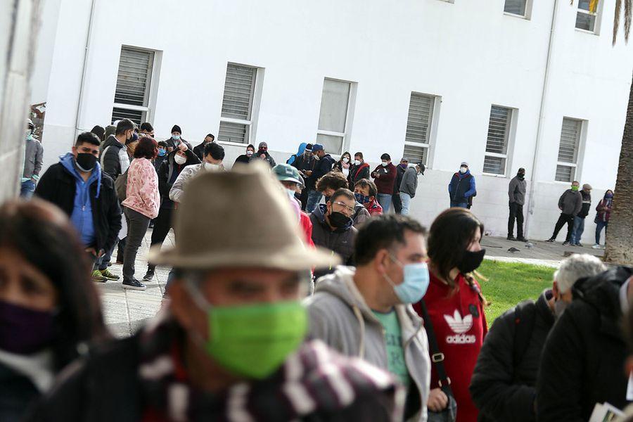 Cientos de personas llegan hasta la Municipalidad de Puente Alto para pagar su permiso de circulación. (Foto: Agencia Uno)