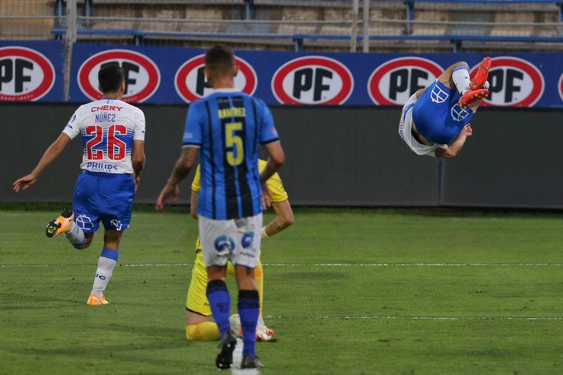 Marcelino Núñez corre a celebrar un gol con Clemente Montes, mientras este realiza una pirueta, en un partido ante Huachipato.