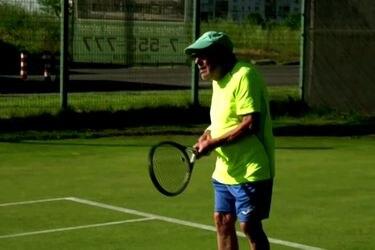 El Tenista que sigue en las canchas a los 97 años