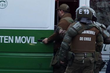 Carabineros detiene a automovilista que portaba una subametralladora y un revólver durante toque de queda