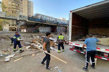 Municipio de Santiago multará a Carabineros por arrojar escombros en las cercanías de Metro Universidad Católica