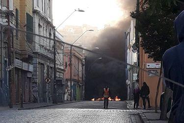 Trabajadores portuarios retoman las movilizaciones y levantan barricadas en Valparaíso