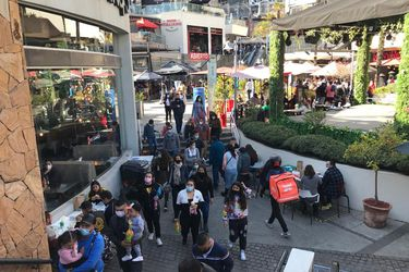 Centros comerciales registran fuerte afluencia en primer fin de semana de reapertura