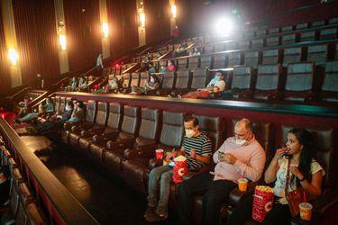 Tardes de cine: mascarillas, alcohol gel y escaso público marcaron la reapertura de las salas chilenas