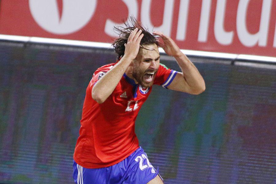 Ben Brereton celebra el gol que le anotó a Paraguay