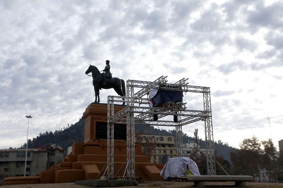 Vista de estructura para intervención lumínica organizada por Fundación Iguales en Plaza Baquedano para celebrar el Día Internacional del Orgullo