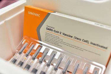 Más de 60 millones de dosis: Sinovac confirma llegada a Chile con construcción de planta para fabricar vacunas en la RM y un centro de investigación en Antofagasta