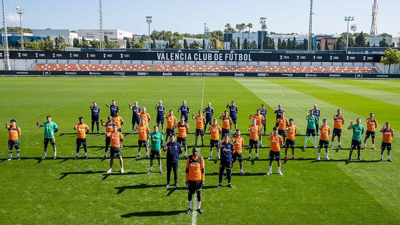 El plantel del Valencia posa en contra del racismo en el entrenamiento, en defensa de Diakhaby.