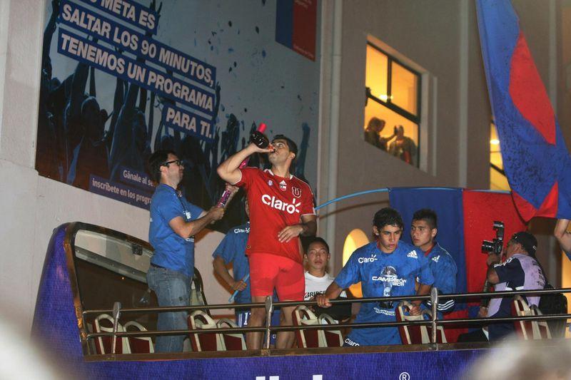 Johnny Herrera, festejando la obtención de la Copa Sudamericana 2011.