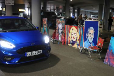 """Artistas alemanes crean """"auto-galería"""" con 300 obras en pleno estacionamiento"""