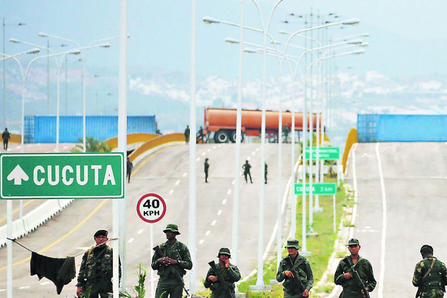 Venezuelan Bolivarian Army soldiers stand g (44596982)