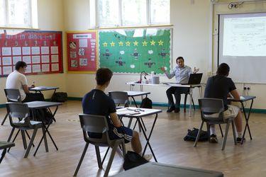 Gobierno británico impone finalmente mascarillas en escuelas secundarias en Inglaterra