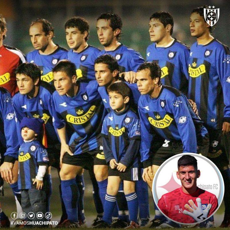 Martín Parra, el debutante arquero de Huachipato, fotografiándose de niño junto al primer equipo.