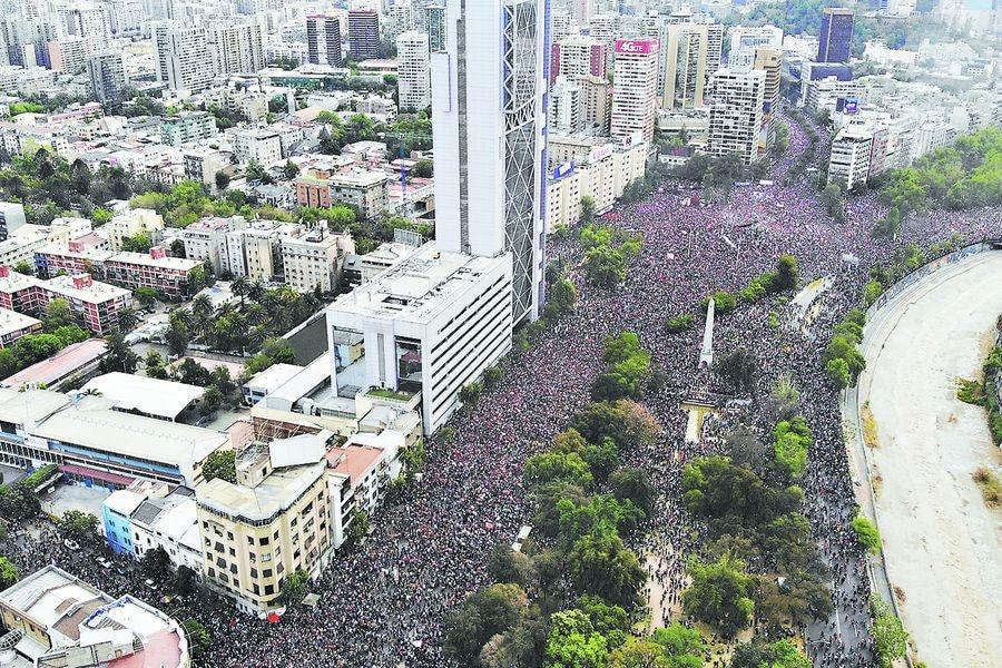La multitudinaria marcha del viernes 25 de octubre vista desde el aire.