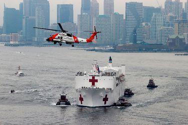 Así es el buque hospital de la armada de EE.UU. que llegó a Nueva York para ayudar a la crisis sanitaria