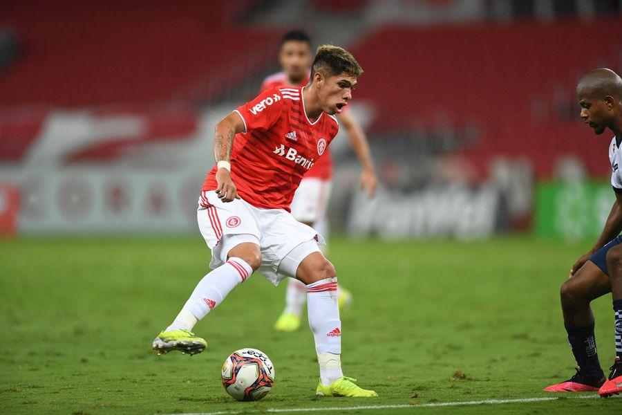 Carlos Palacios, exjugador de Unión Española y volante ofensivo de la selección chilena, debutó en el Inter de Porto Alegre, en un partido válido por el campeonato gaúcho.