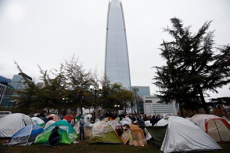 Bolivianos acampan fuera de consulado en Providencia.