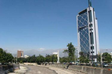 Telefónica acelera negociaciones para vender filial de Chile: entre los potenciales compradores asoma finlandesa que sorprendió en licitación 5G