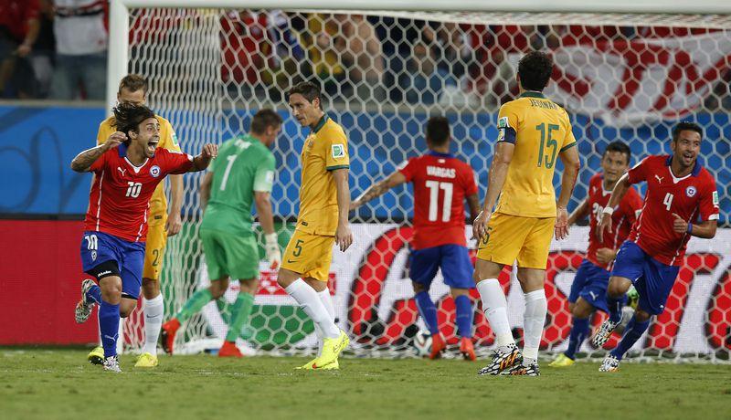 Jorge Valdivia convierte el segundo gol de Chile en la victoria por 3-1 sobre Australia, en el Arena Pantanal de Cuiabá, en el debut del Mundial 2014.