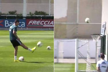 Cristiano Ronaldo se luce al encestar un balón durante el entrenamiento