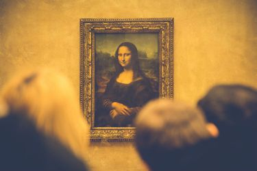 Crowd-in-Louvre-Museum