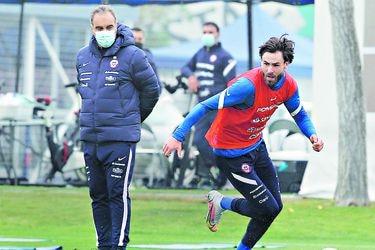 Ben Brereton domina el balón en uno de los entrenamientos de la selección chilena, ante la mirada del DT Martín Lasarte. FOTO: ANFP.