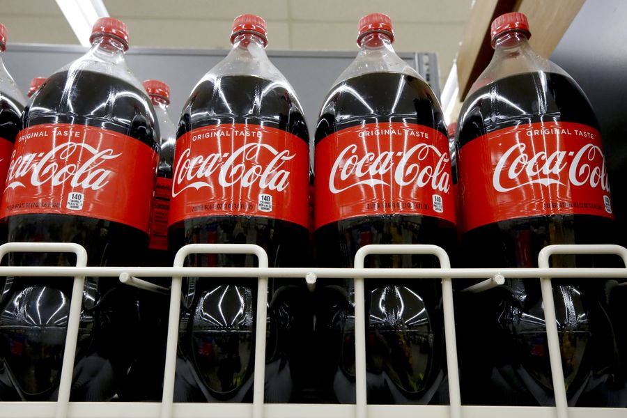 Ingresos de Coca-Cola superan las expectativas ante reapertura de cines y restaurantes