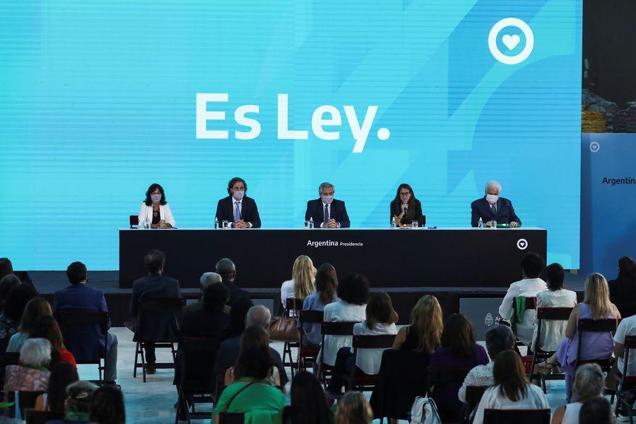 Argentina promulga ley de aborto y se convierte en el cuarto país en  América Latina en permitir la interrupción voluntaria del embarazo - La  Tercera