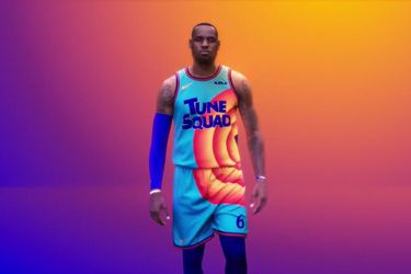 LeBron James se pone la camiseta de Space Jam 2