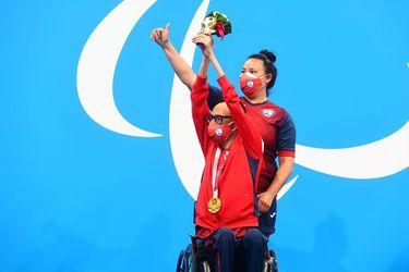 Alberto Abarza celebra con la medalla de oro colgada al pecho.
