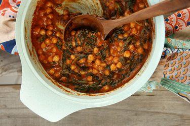Cómo hacer un guiso de garbanzos con salsa de espinaca