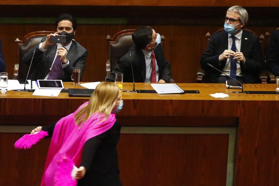 Escena de julio pasado tras la aprobación del retiro del 10%: la diputada Pamela Jiles protagonizó un peculiar festejo ante la mirada (y grabación con su celular) del ministro Ignacio Briones.