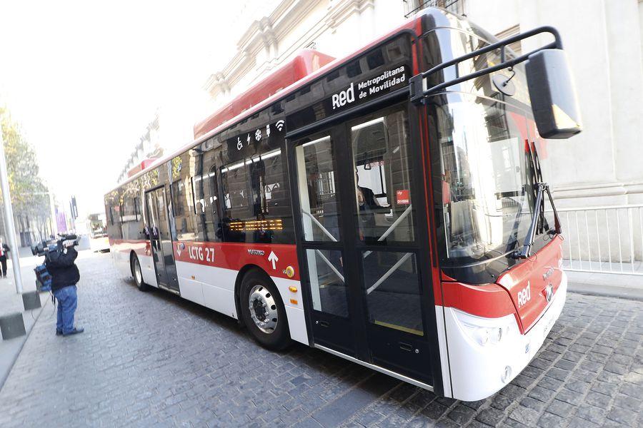 Ministros del gabinete se desplazan a la Catedral Metropolitana en buses eléctricos. (Foto: Agencia Uno)