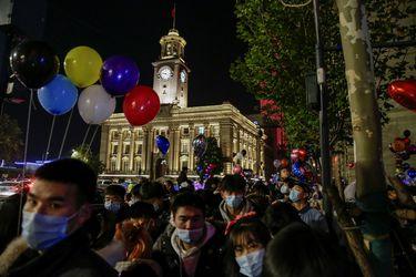 Wuhan recibe el Año Nuevo con mascarilla y multitudes reunidas en las calles