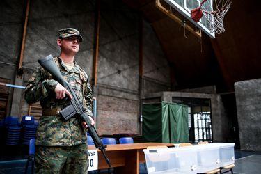 Carabineros por fuera de los locales y militares por dentro: Las dudas pendientes sobre la seguridad para el día del plebiscito