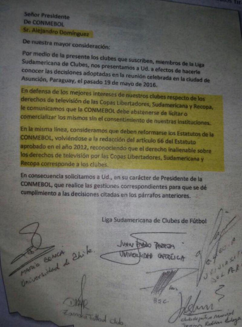 Conca (U) y Pareja (UC) firman una de las cartas enviadas a Alejandro Domínguez, presidente de la Conmebol.