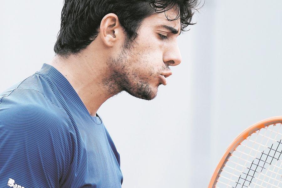 Christian Garin va por los cuartos de final de Roland Garros. FOTO: AP.
