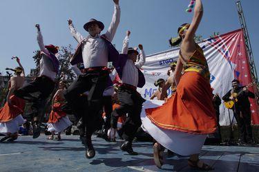 Con fondas móviles y folclore: así se dio inicio a las celebraciones de las Fiestas Patrias en la comuna de Santiago